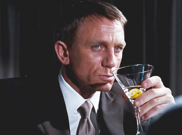 James Bond a Casino Royale-ban Vesper Martinit iszik
